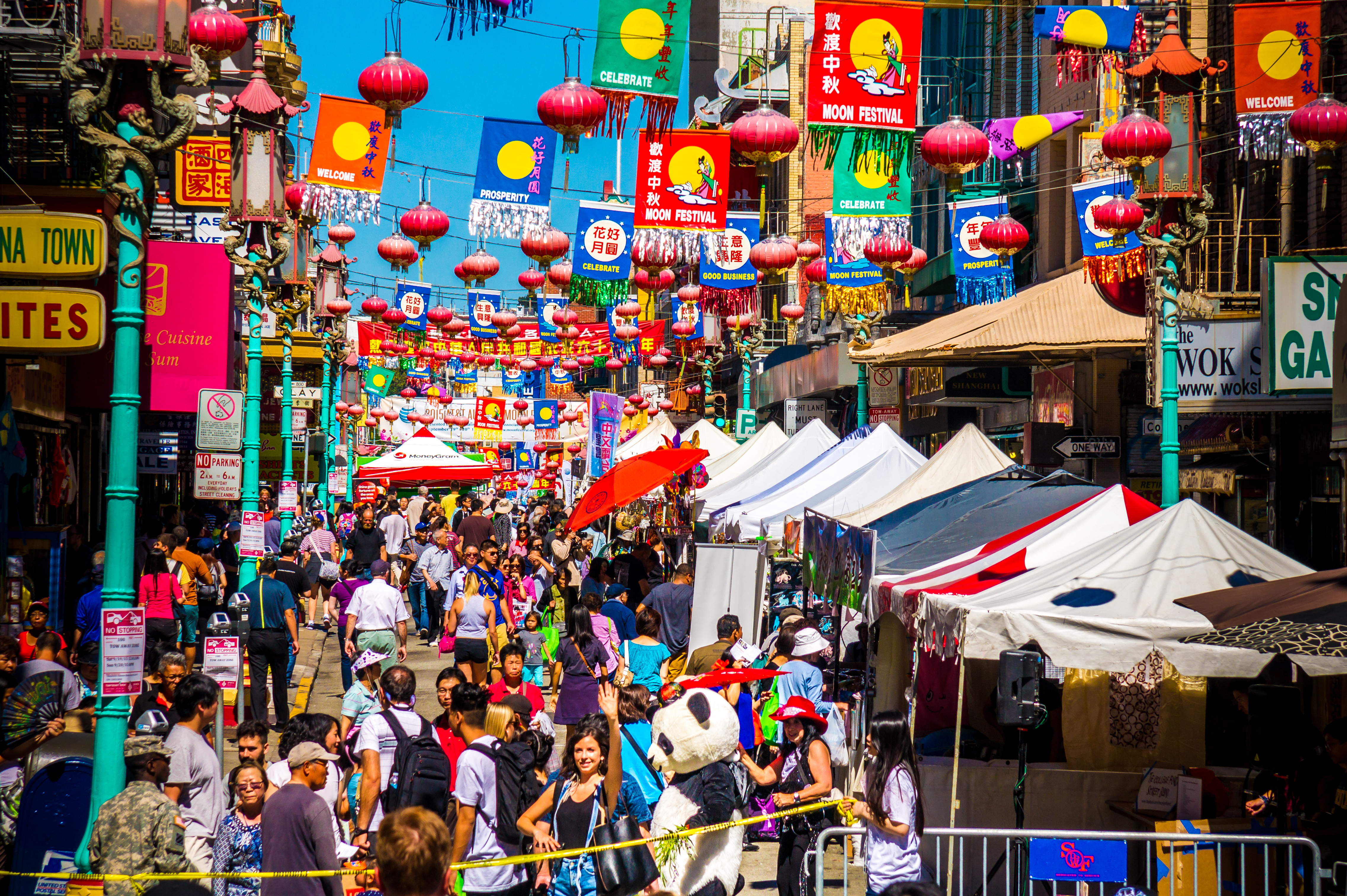 San Francisco's Chinatown is full of colour, contrasts and fascinating cuisine. There can be no better place to eat a spring roll!