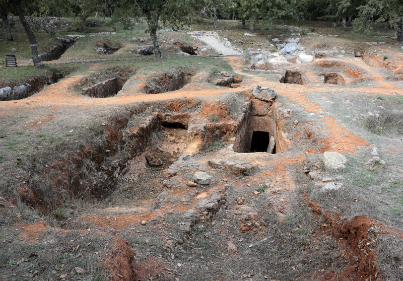 A fascinating sight is the Late Minoan cemetery of Armeni that has been unearthed. The 231 tombs are open and you can wander in and take a look around.